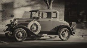 Vecchio parcheggio d'annata sulla via Fotografia Stock