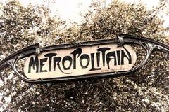 Vecchio Parigi segno dell'annata della stazione della metropolitana di Metropolitain Immagini Stock Libere da Diritti