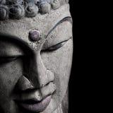 Vecchio particolare capo della statua del Buddha sul nero immagini stock