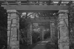 Vecchio passaggio pedonale di pietra al parco sciolto Fotografie Stock