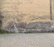 Vecchio pavimento del ciottolo e della parete immagine stock libera da diritti