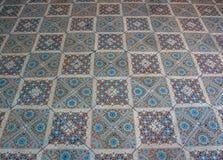 Vecchio pavimento della piastrella di ceramica, angolo di fucilazione dentro obliquamente Immagini Stock