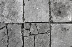 Vecchio pavimento di calcestruzzo con le crepe fotografia stock