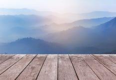 Vecchio pavimento di legno del terrazzo del balcone sull'alta montagna tropicale della foresta pluviale di punto di vista di matt Immagine Stock