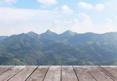 Vecchio pavimento di legno del terrazzo del balcone sull'alta montagna tropicale di punto di vista della foresta pluviale Immagine Stock