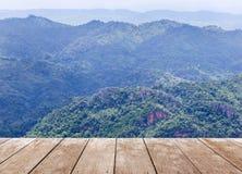 Vecchio pavimento di legno del terrazzo del balcone sull'alta montagna tropicale di punto di vista della foresta pluviale Fotografia Stock Libera da Diritti