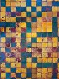 Vecchio pavimento Il quadrato variopinto scalfito piastrella il fondo immagine stock