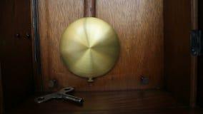 Vecchio pendolo di orologio video d archivio