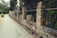 Vecchio percorso di camminata di pietra del recinto fotografia stock libera da diritti
