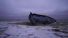 Vecchio peschereccio alla spiaggia del Mar Baltico archivi video