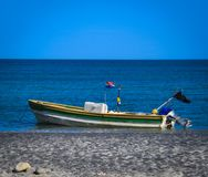 Vecchio peschereccio attraccato lungo la riva dell'oceano fotografia stock libera da diritti