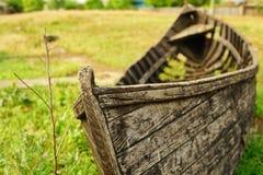 Vecchio peschereccio nell'erba fotografia stock