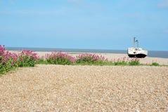 Vecchio peschereccio sulla spiaggia dell'assicella immagini stock libere da diritti