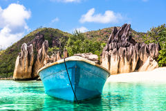 Vecchio peschereccio sulla spiaggia tropicale all'isola Seychelles di Curieuse Fotografie Stock Libere da Diritti