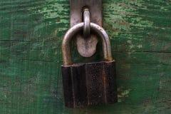 Vecchio petto bloccato della serratura fotografia stock libera da diritti