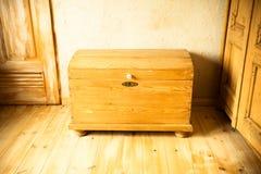 Vecchio petto di legno come il contenitore di tesoro nella soffitta Fotografie Stock Libere da Diritti