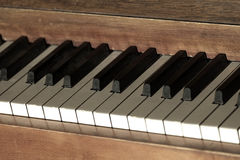 Vecchio piano d'annata con le chiavi per musica Fotografia Stock Libera da Diritti