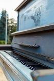 Vecchio piano dipinto nel colore blu sulla via Fotografie Stock Libere da Diritti