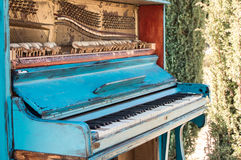 Vecchio piano dipinto nel colore blu sulla via Fotografia Stock