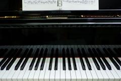 vecchio pianoforte a coda del primo piano; strumento di musica fotografia stock