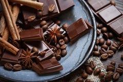 Vecchio piatto con cioccolato e le spezie fotografie stock