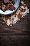 Vecchio piatto con i chicchi ed il cioccolato di caffè immagine stock