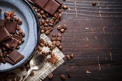 Vecchio piatto con il cucchiaino ed il cioccolato fotografia stock