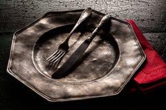 Vecchio piatto del peltro con il cibo degli utensili Fotografie Stock Libere da Diritti