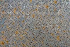 Vecchio piatto di pavimento del metallo con il modello del diamante ed il fondo arrugginito Fotografia Stock