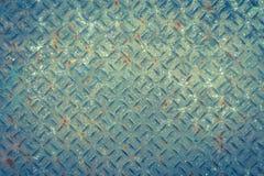 Vecchio piatto di pavimento del metallo con il modello del diamante ed il fondo arrugginito Fotografie Stock Libere da Diritti