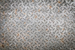 Vecchio piatto di pavimento del metallo con il modello del diamante ed il fondo arrugginito Fotografia Stock Libera da Diritti