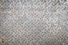 Vecchio piatto di pavimento del metallo con il modello del diamante ed il fondo arrugginito Immagine Stock