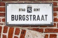 Vecchio piatto storico della decorazione della parete della via in signore, Fiandre, Belgio Immagini Stock