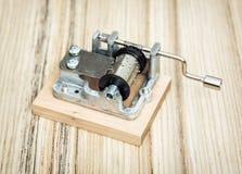 Vecchio piccolo di Music Box sui precedenti di legno Immagine Stock