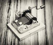 Vecchio piccolo di Music Box sui precedenti di legno, in bianco e nero Fotografie Stock Libere da Diritti