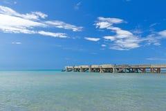 Vecchio pilastro concreto sul mare calmo Immagine Stock Libera da Diritti