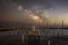 Vecchio pilastro da pesca che conduce verso la galassia della Via Lattea fotografia stock libera da diritti