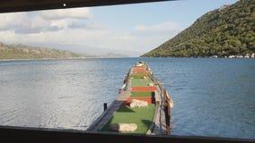 Vecchio pilastro di legno nel mare con le montagne su backgorund al rallentatore archivi video