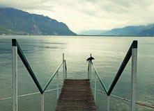 Vecchio pilastro di legno sul lago Lemano Fotografie Stock Libere da Diritti