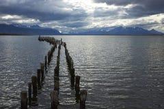 Vecchio pilastro nei natales di puerto, Patagonia, peperoncino rosso Fotografia Stock
