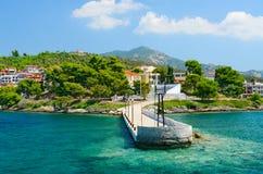 Vecchio pilastro su lungomare in Neos Marmaras, penisola di Sithonia, Grecia Fotografia Stock Libera da Diritti