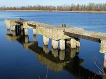 Vecchio pilastro sul fiume fotografia stock