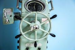 Vecchio pilota automatico della nave con il ripetitore della girobussola fotografia stock