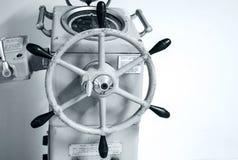 Vecchio pilota automatico della nave con il volante immagine stock
