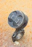 vecchio pistone del cilindro su arrugginito fotografia stock libera da diritti