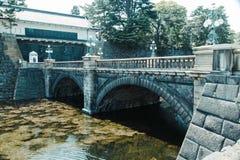 Vecchio ponte al disopra della superficie fotografia stock libera da diritti