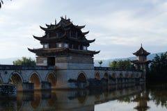 Vecchio ponte cinese Il ponte antico della portata del ponte diciassette di Shuanglong vicino a Jianshui, il Yunnan, 'chi' immagine stock