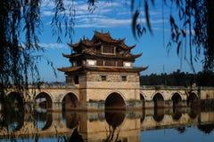 Vecchio ponte cinese Il ponte antico della portata del ponte diciassette di Shuanglong vicino a Jianshui, il Yunnan, Chin fotografia stock libera da diritti