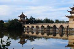 Vecchio ponte cinese Il ponte antico della portata del ponte diciassette di Shuanglong vicino a Jianshui, il Yunnan, Cina fotografie stock