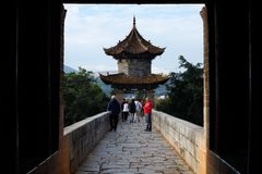 Vecchio ponte cinese Il ponte antico Jianshui, il Yunnan, Chin della portata del ponte diciassette di Shuanglong fotografia stock libera da diritti